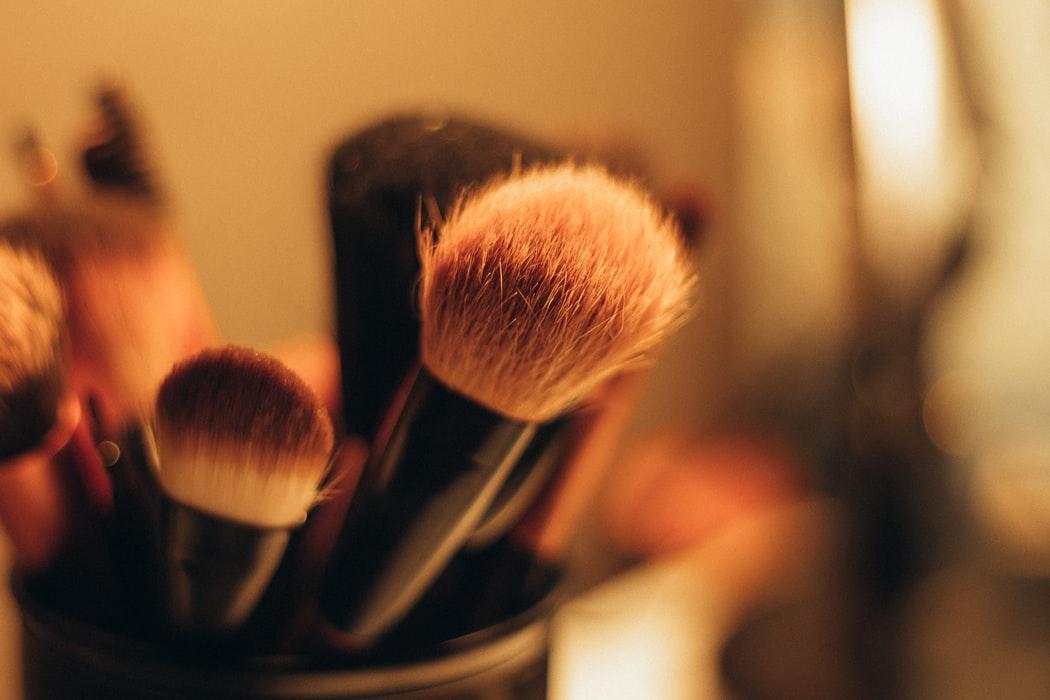 A melhor maneira de usar os pincéis de maquiagem